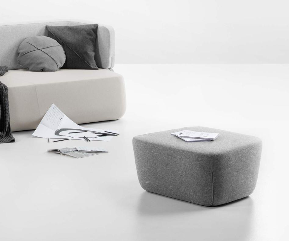 Moderner Prostoria Designer Pouf Hocker Revolve in Curry mit Sofa im Wohnzimmer