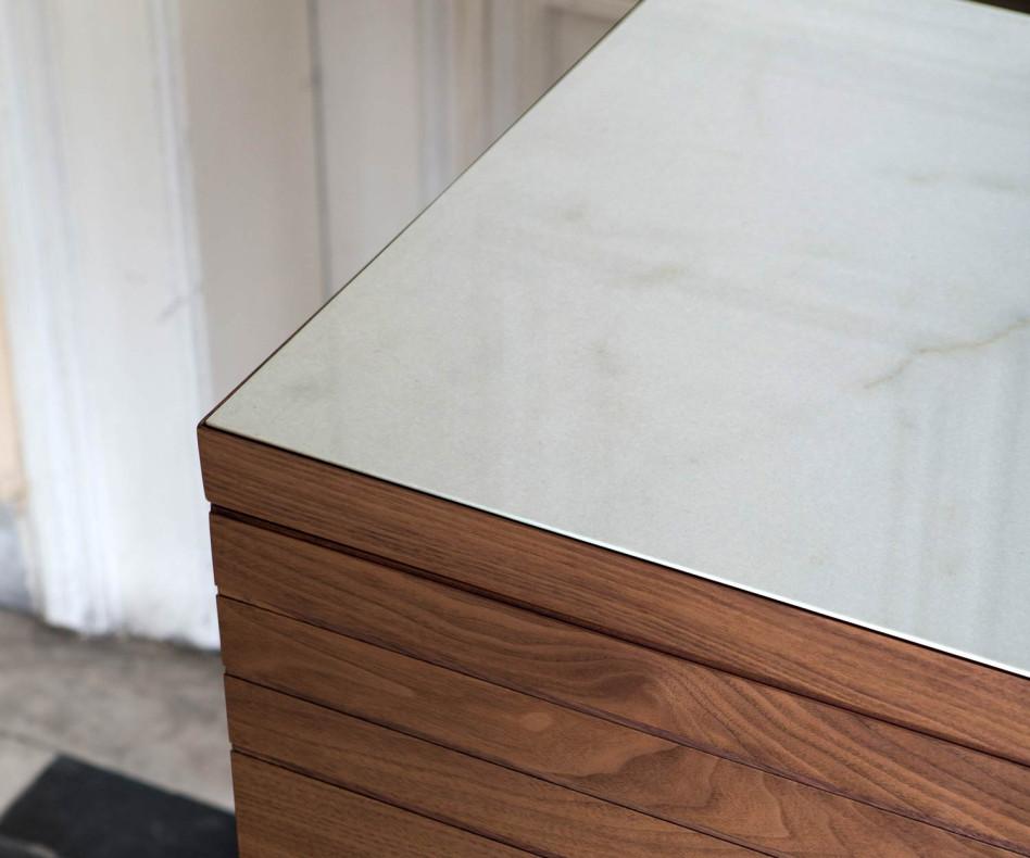 Designer Esszimmer al2 o-rizon Sideboard auf Füßen in Walnuss Furnier mit Calacatta Keramik on top