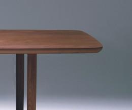 Conde House Kamuy Design Tisch im Detail die Tischplatte mit Walnuss furniert