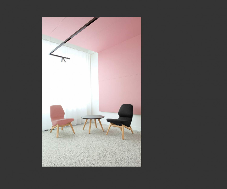 Moderner Prostoria Design Sessel Oblique in hellgrauem Bezug mit Couchtisch