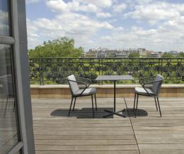 Moderner Todus Condor Design Bistrotisch mit Gartenstühlen auf einer Terrasse