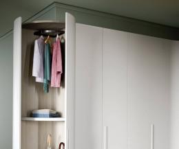 Runder Kleiderschrank Alfa Curvo mit Garderobe und geöffneter Flügeltür