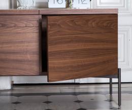Exklusives Design Sideboard Detail Türen Nussbaum waagrechte Leisten Walnuss