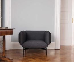 Hochwertiger Prostoria Design Sessel Segment mit schwarzem Bezug im Wohnzimmer