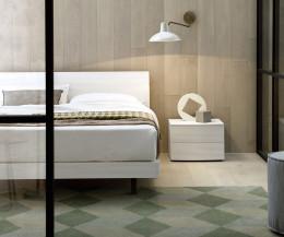 Novamobili Bett Bend Eiche Weiß im Schlafzimmer mit Nachttisch