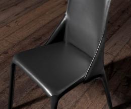Exquisiter Design Lederstuhl Detail in Schwarz mit Blick auf das Leder
