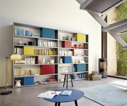 Bücherregal mit geschlossenen Boxen