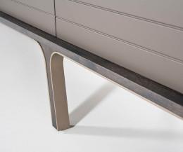 Modernes al2 Mobius 004 Design TV Lowboard Front und Füße im Detail in Grau