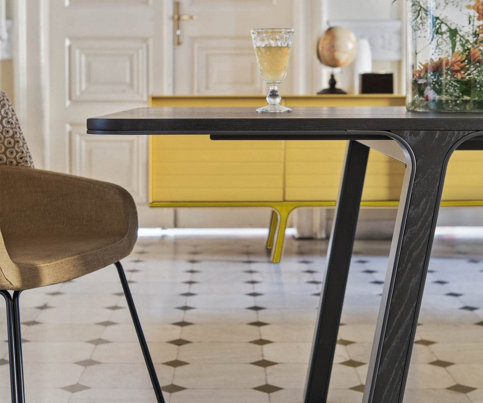 Moderner Design Esstisch im Esszimmer mit Beinen aus massivem Eukalyptus