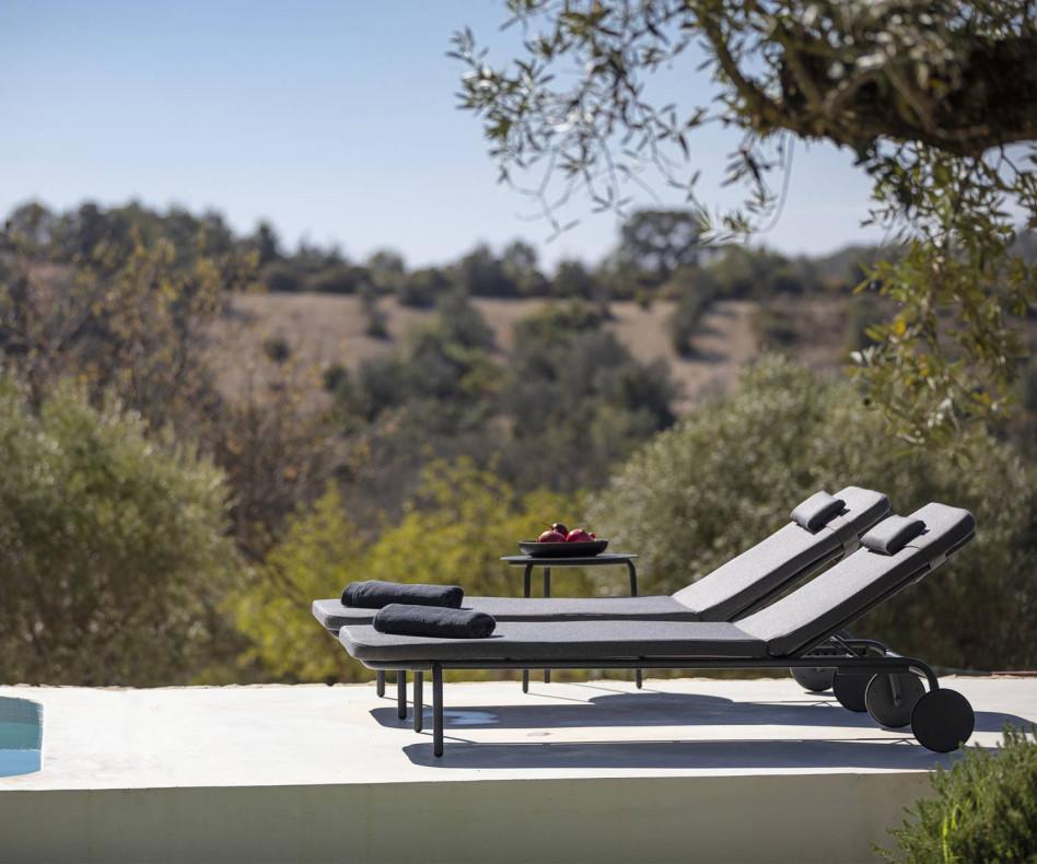 Todus Starling Design Gartenliege im Duo auf der Holzveranda mit weißem Stoffbezug