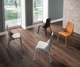 Moderner Design Lederstuhl vier Lederstühle in einem Zimmer auf Holzfußboden aufgestellt