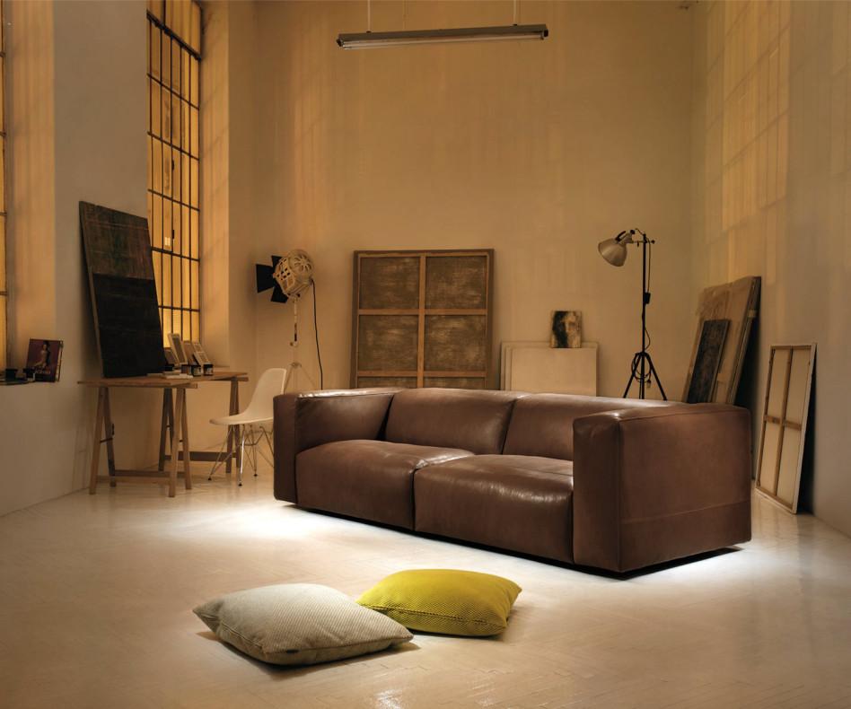 Prostoria 2-Sitzer Sofa Cloud mit Lederbezug im Wohnzimmer plus Pouf