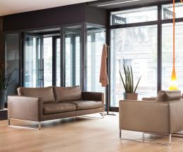 Hochwertiges Prostoria Ledersofa Elegance 2-Sitzer mit Sessel in Hotellobby