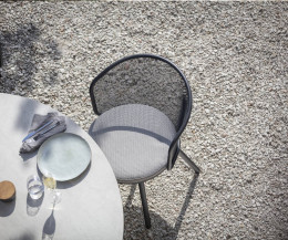 Moderner Todus Branta Garten Tisch im Detail mit grauer Keramik Tischplatte