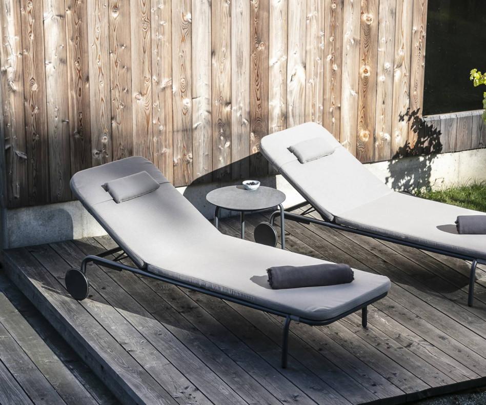 Hochwertiger Starling Design Beistelltisch auf der Terrasse mit Gartensofa Baza
