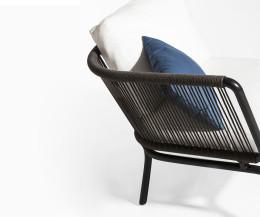 Modernes Oasiq Yland Eckbank Design Sofa im Detail mit Aluminumgestell in Anthrazit