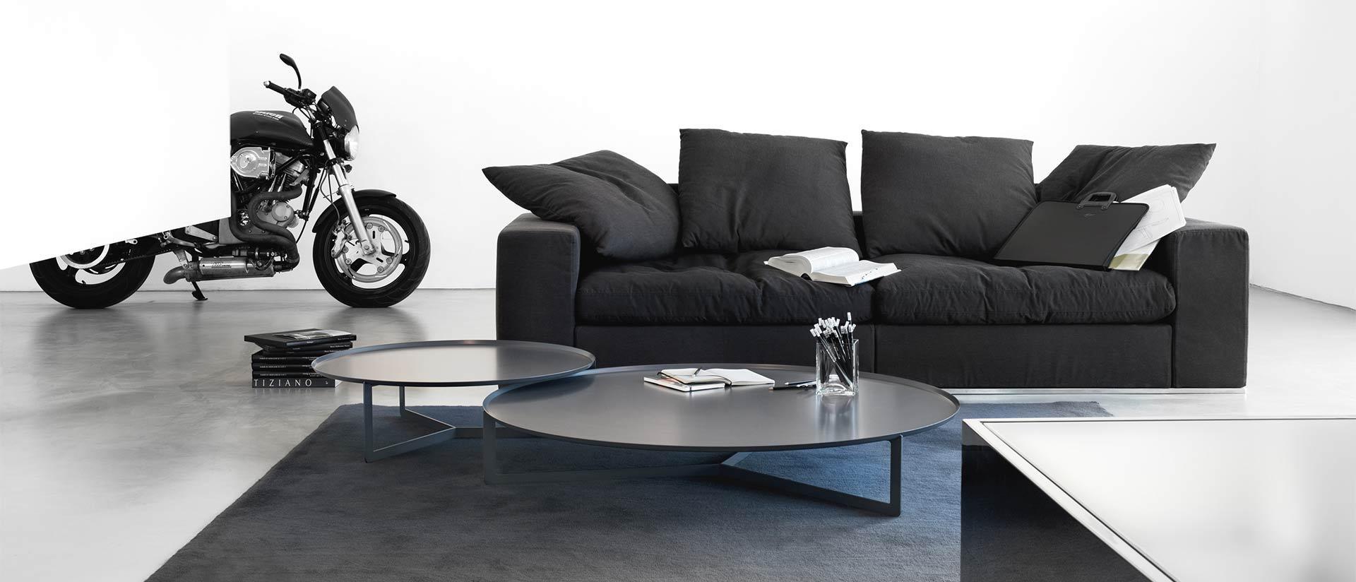 couchtisch aus metall puristisches design mit raffinierter wirkung. Black Bedroom Furniture Sets. Home Design Ideas
