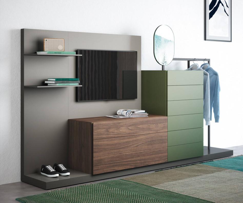Die Novamobili Schlafzimmerkommode Easy 9 spart mit ihrer Garderobe und dem TV Paneel viel Platz
