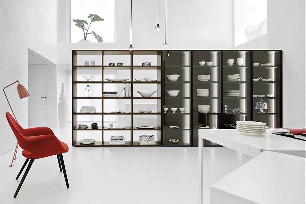 Das Bücherregal ist doppelseitig ausgeführt und kann daher als Raumteiler genutzt werden.