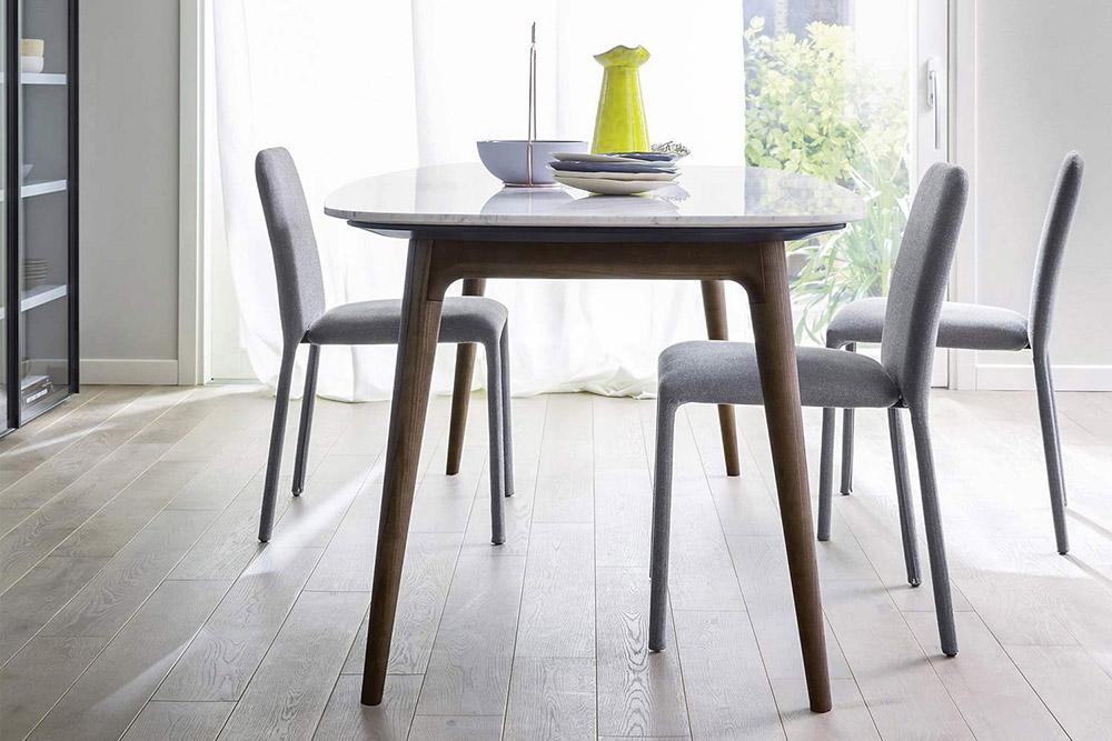 Bei dem Novamobili Tisch Hanami kann die Tischplatte in Carrara Marmor oder Holzfurnier bestellt werden.