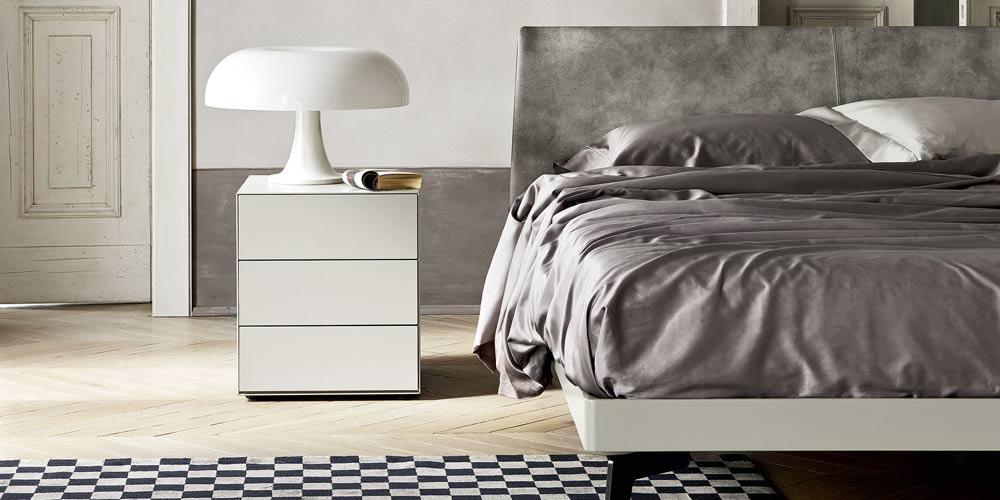 Der minimalistische Nachttisch mit 3 Schubladen ist 47,7 cm hoch.