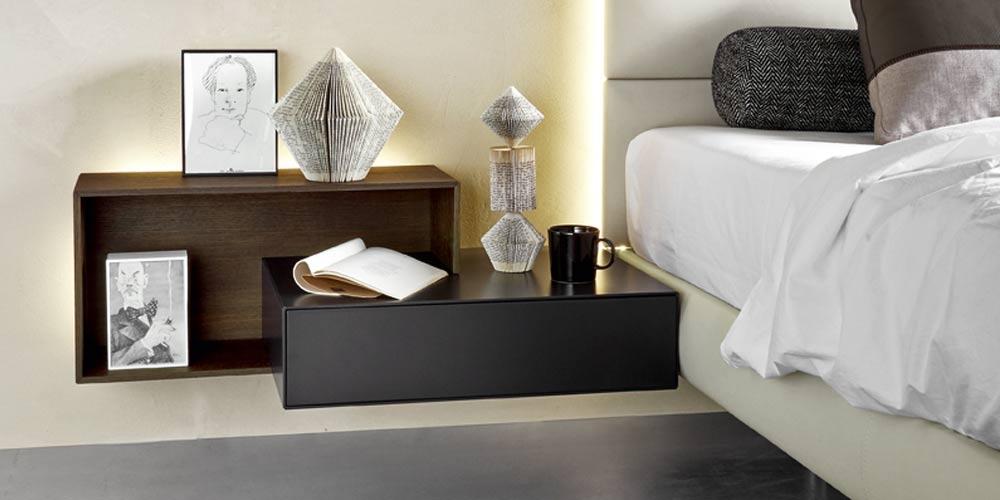 Dieser Nachttisch kann durch die Wandmontage neben einem Boxspringbett angebracht werden.