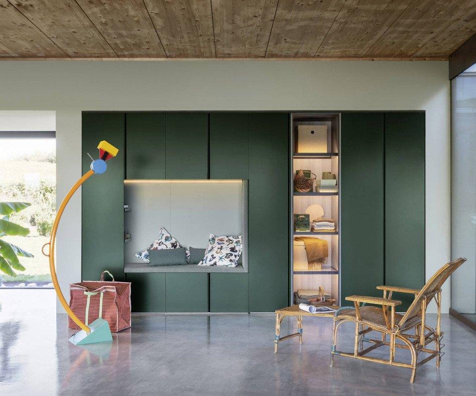 Der Novamobili Kleiderschrank Gola präsentiert eine Sitzbank