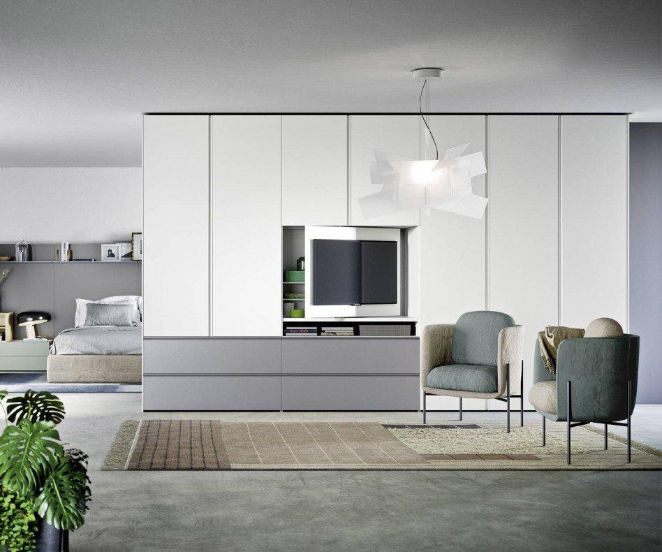 Der Novamobili Kleiderschrank Gola zeigt sich mit einem integrierten TV Fach