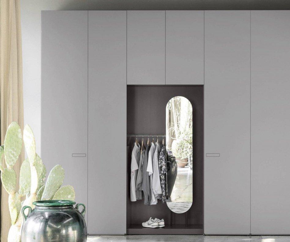 Der Novamobili Kleiderschrank Move enthält ein Modul mit offener Garderobe und Spiegel