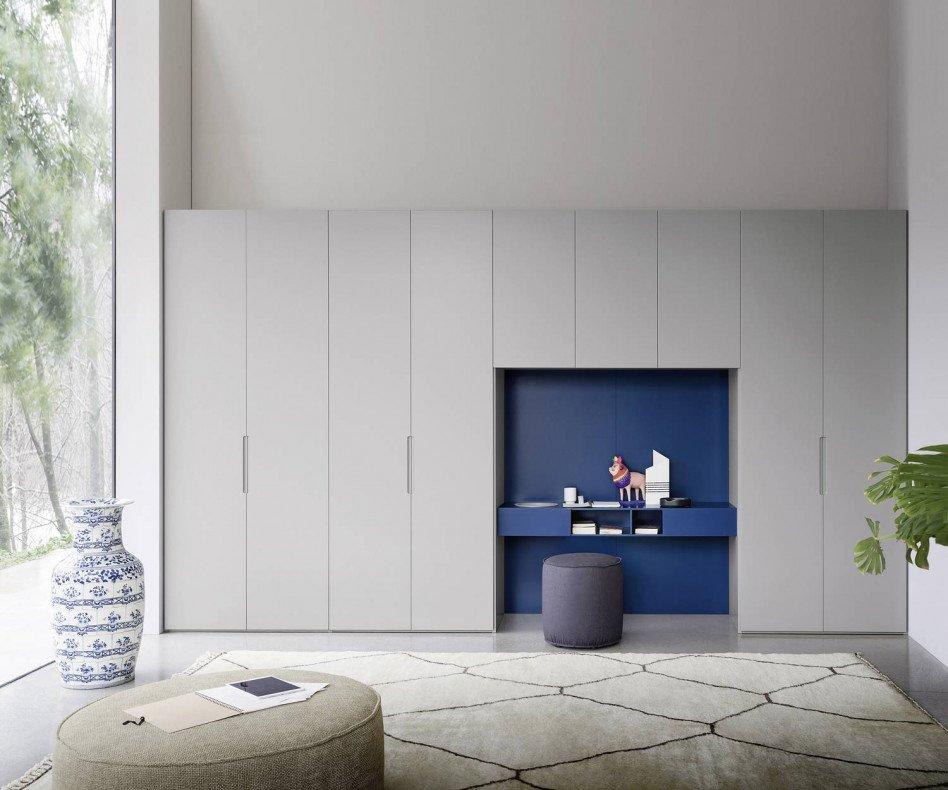 Der Novamobili Kleiderschrank Vico bietet einen integrierten Schreibtisch