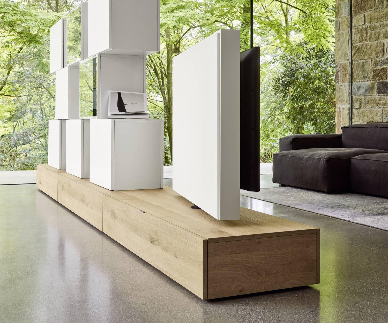 Das Roto Lowboard als freistehende Fernsehwand im Schlafzimmer