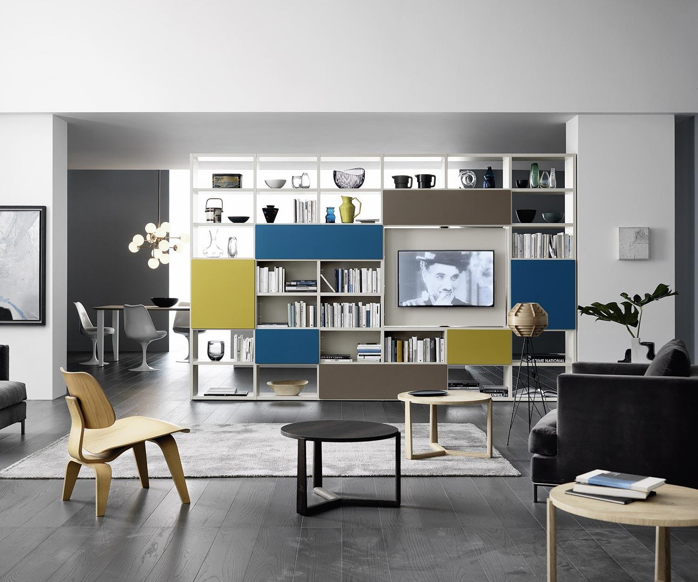 Das Livitalia Bücherregal C90 bietet als freistehende Fernsehwand einen drehbaren TV